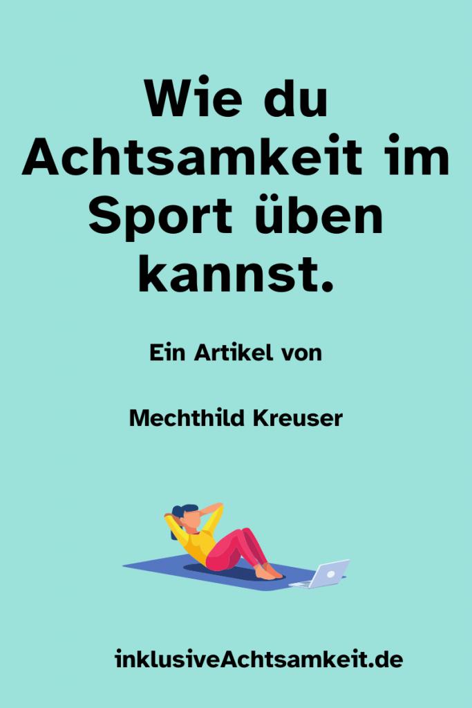 Blaue Kachel mit dem Text Wie du Achtsamkeit im Sport üben kannst. Ein Artikel von Mechthild Kreuser. Eine Grafik von einer Frau die Sportübungen auf einer Matte macht und ein Laptop steht davor. inklusiveAchtsamkeit.de
