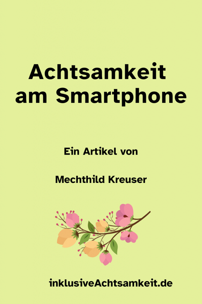 Eine grüne Kachel mit dem Text Achtsamkeit am Smartphone. Ein Artikel Mechthild Kreuser. Darunter ein Grafik von einer Blumenranke und der Link zu der Webseite inklusiveAchtsamkeit.de